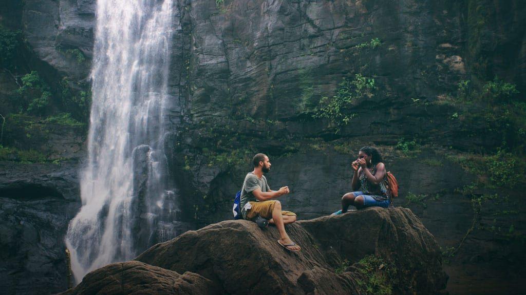 Mädchen und Junge in einer Natur